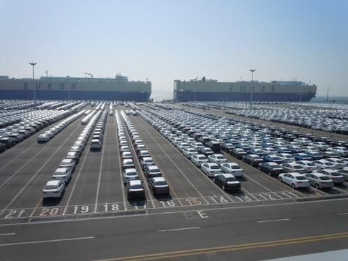 평택항 기아자동차부두 야적장에 수출될 자동차들이 늘어서 있는 모습./조선 DB