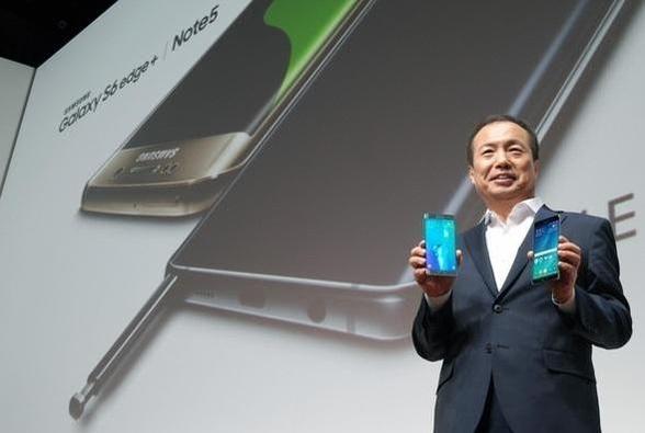 스트래티지 애널리틱스는 삼성전자가 올해 3분기 전세계 5개 지역에서 스마트폰 판매량 1위를 기록했다고 밝혔다. 사진은 신종균 삼성전자 IM부문 사장이 지난 8월 미국 뉴욕 링컨센터에서 열린 신제품 공개행사에서 갤럭시S6엣지 플러스(왼쪽)와 갤럭시노트5(오른쪽)을 들고 있는 모습. / 삼성전자 제공