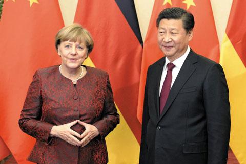 지난달 29일 중국을 방문한 앙겔라 메르켈 독일 총리가 베이징 댜오위타이 국빈관에서 시진핑 중국 국가주석과 정상회담을 갖기에 앞서 사진 촬영을 위해 포즈를 취하고 있다.