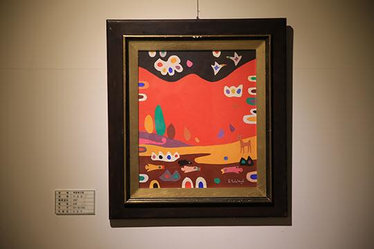 오승윤 화백은 오방색을 샤머니즘과 접목해 독특한 미술세계를 구축했다.