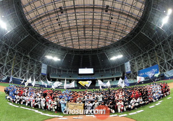 제70회 청룡기 고교야구선수권대회가 돔구장 시대의 문을 열었다. 고척돔 개장 후 첫 국내 공식 대회인 고교야구선수권대회 입장식에 참가한 출전 23개교 선수들이 한자리에 모여 선전을 다짐하고 있다.