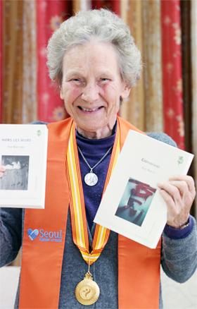 하비에르 국제학교 엘렌 르브랭 이사장 겸 명예교장이 번역서 두 권을 들어 보였다. 왼쪽이 박완서의 '그 많던 싱아는 누가 다 먹었을까', 오른쪽은 김원일의 '노을'이다.