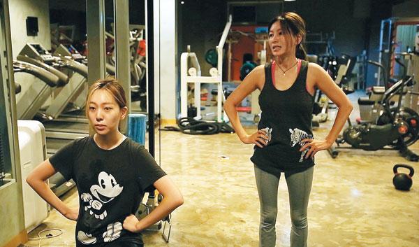 12일 밤 11시에 방송되는'엄마가 뭐길래'2회에서는 패션위크에 함께 모델로 서기 위해 특별 운동에 돌입한 황신혜(오른쪽)와 그의 딸 이진이의 모습이 나온다.
