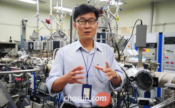 장준연 KIST 차세대반도체 연구소장이 실험실에서 차세대 반도체의 원리를 설명하고 있다.
