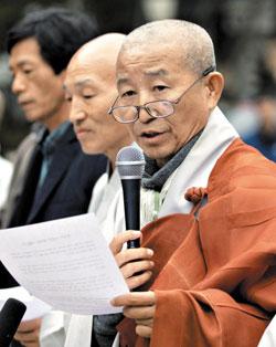 조계종 화쟁위원회 위원장 도법 스님이 19일 오후 서울 종로구 조계사에서 열린 화쟁위 회의를 마치고 기자회견을 하고 있다.