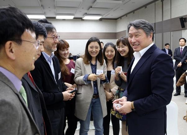 """최태원 SK 회장, """"힘들어도 창업에 도전해라"""""""