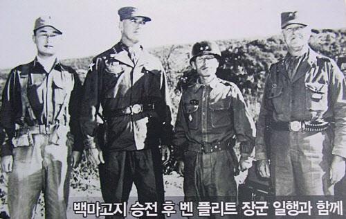 백마고지 전투 직후 9사단을 방문한 유엔군 주요 지휘부와 김종오 장군(왼쪽부터 백선엽 참모총장, 밴 플리트 미 8군사령관, 김종오, 젠킨스 미 9군단장). /백마고지 전투 기념관 제공