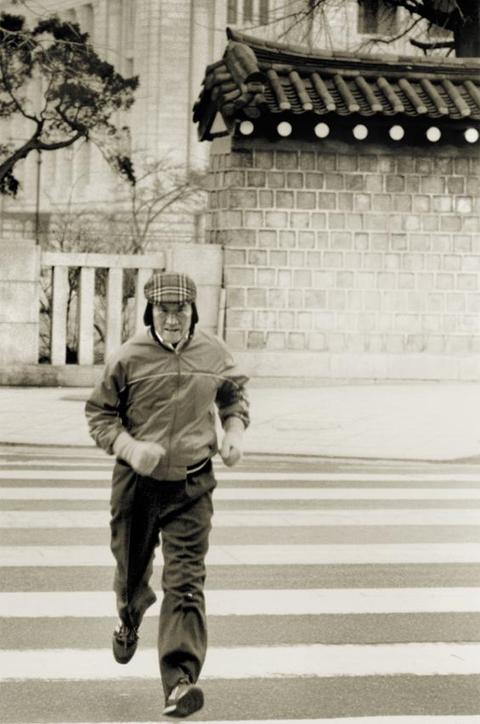 25일은 고(故) 아산(峨山) 정주영 현대그룹 명예회장이 태어난 지 100년 되는 날이다. 사진은 1980년대 아산이 서울 종로구 세종로의 횡단보도를 달리면서 건너는 모습이다. 그는 종종 청운동 자택에서 광화문 사옥까지 걸어서 출근했다.