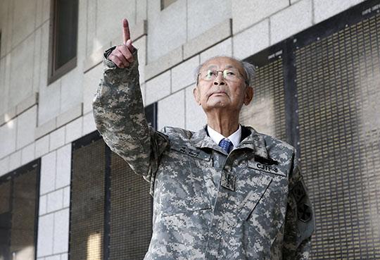 용산 전쟁기념관에서 백선엽 장군이 전사자 명부를 보고 있다. /조선일보 DB
