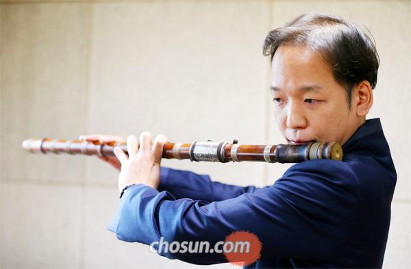"""대금 연주자 유홍씨는 """"세계 전통 악기와 만나는 작업을 통해 전통 악기의 잠재력을 최대한 끌어내고 싶다""""고 했다."""