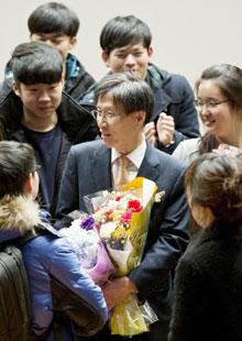 10일 윤영관 서울대 교수가 정년퇴임을 앞두고 마지막 강연을 마친 후 학생들에게 둘러싸여 있다.