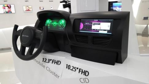 LG디스플레이가 만든 차량용 디스플레이. LG디스플레이는 지난해 차량용디스플레이 시장에서 13%의 점유율을 기록해 5위에 올랐다. /LG디스플레이 제공