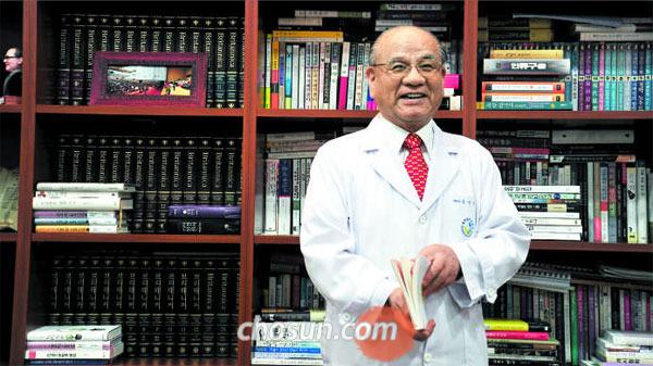김선태 목사가 서울 강서구 실로암 안과병원 원장실에서 해외 의료봉사에 대해 말하고 있다.