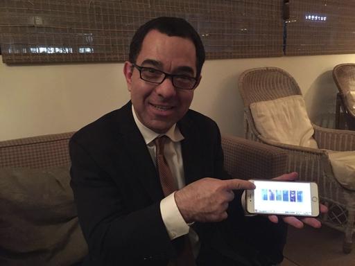 18일 일정을 마치고 숙소에 들어온 토니 세바 美 스탠퍼드대 교수. 세바 교수가 자신의 휴대폰에서 지난 4월에 열린 상하이 태양광 엑스포에서 직접 찍은 투명한 태양광 패널 사진을 보여주고 있다. /제주=전효진 기자