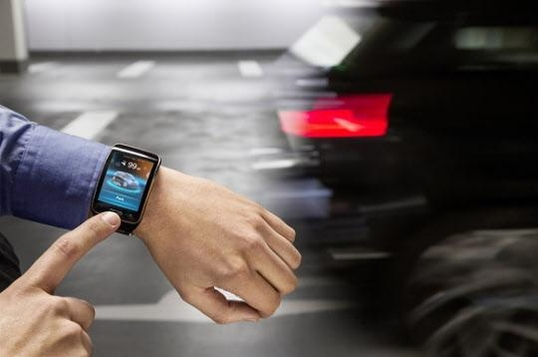 삼성전자와 BMW는 스마트워치 '갤럭시 기어'로 전기차 'i3'를 제어하는 기술을 2015 CES에서 선보였다./조선일보DB