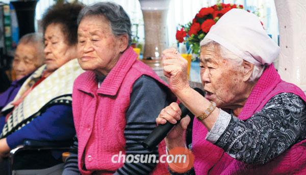 위안부 피해자인 이옥선(맨 오른쪽) 할머니가 28일 오후 경기도 광주시 퇴촌면 '나눔의 집'에서 회담 결과에 대해 발언하고 있다.