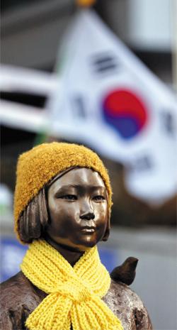 일본군위안부 문제 해결을 위한 한·일 외교장관 회담이 열린 28일 서울 종로구 중학동 주한일본대사관 앞 위안부 소녀상에 누군가가 모자를 씌우고 목도리를 둘러놓았다.