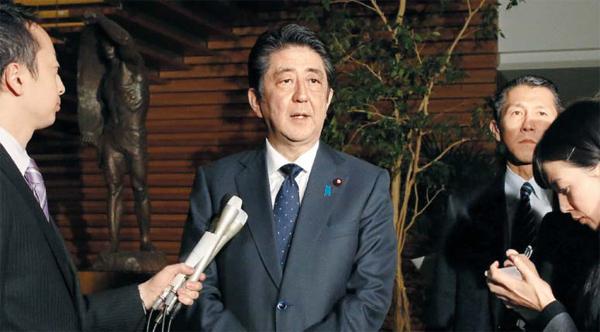 """아베 신조 일본 총리가 일본군위안부 협상이 타결된 28일 총리 관저에서 취재진을 향해 """"일·한 양국은 앞으로 새로운 시대를 향할 것이며, 두 나라가 힘을 모아 새로운 시대를 여는 계기로 삼고 싶다""""고 말했다. 아베 총리는 협상 타결 직후 박근혜 대통령에게 전화 통화로 일본군위안부 문제와 관련해 사죄와 반성의 마음을 표명한다고 밝혔다."""