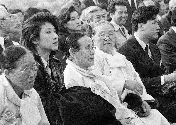 1988년 2월 25일 국회의사당에서 열린 13대 대통령 취임식에 참석한 노소영 관장(왼쪽 두번째)과 노소영씨의 할머니 김태향 여사, 노소영씨의 외할머니 홍무경 여사, 남동생 노재헌씨가 앉아있다. /조선일보DB