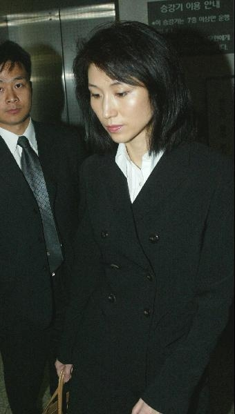 2003년 3월 31일 최태원 SK그룹 회장의 공판을 방청하기 위해 법원에 들어서고 있는 노소영 관장 /조선일보DB