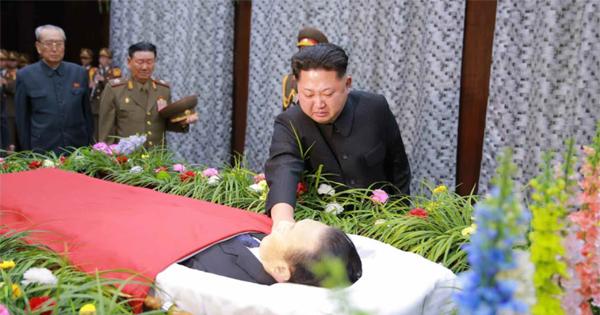 김양건 빈소 찾은 김정은 - 김정은 노동당 제1비서가 지난 30일 김양건 노동당 대남비서의 빈소를 찾아 김 비서의 관에 손을 얹으며 침통한 표정을 짓고 있다. 북한은 김 비서가 지난 29일 교통사고로 숨졌다고 밝혔다.