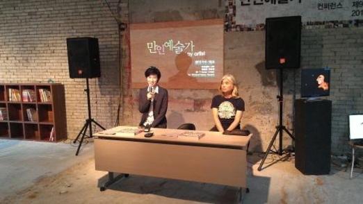 2012년 9월 서울 장충동 타작마당 개관식에서 노소영 관장(왼쪽)이 개관 의의를 직접 설명했다. /조선일보 DB