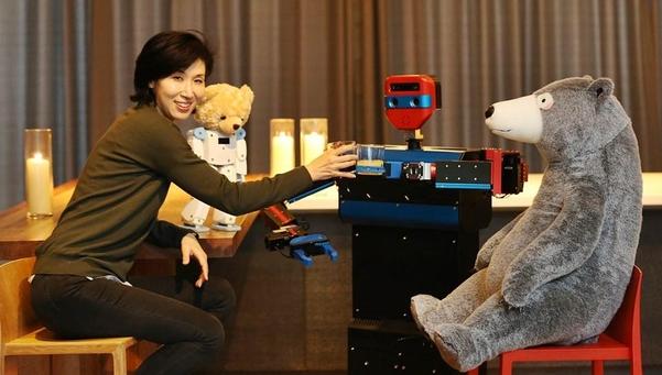 작년 12월 서울 장충동 '타작마당'에서 노소영 나비 관장이 '폭탄주 만드는 로봇'(가운데)과 건배하고 있다. 큰 곰 인형은 대화하는 로봇 '동행'이다./조선일보 DB