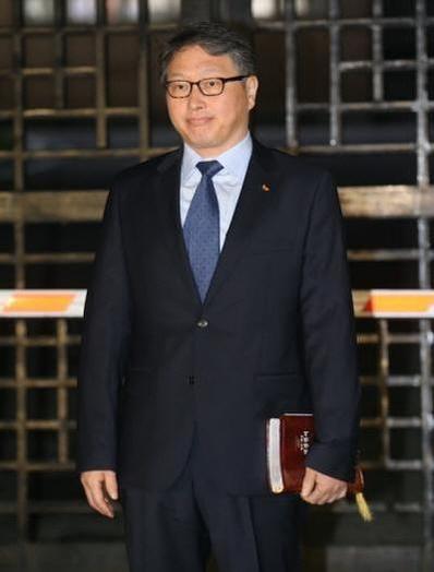 최태원 회장은 8월 14일 SK 배지를 단 감색 양복에 하늘색 와이셔츠를 입고 의정부교도소에서 나왔다. 한 손에는 성경을 들고 있었다. /조선일보DB