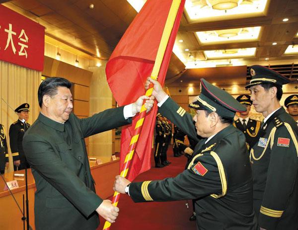 시진핑(왼쪽) 주석이 1일 육군사령부와 로켓군, 전략지원부대 등 새로 창설된 중국군 부대 관계자들에게 군기를 수여하고 있다.