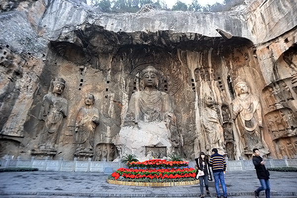 중국 뤄양시에 위치한 용문석굴의 마애석각.