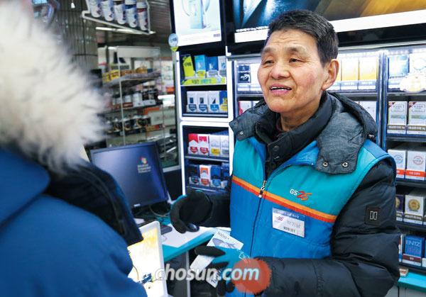 15일 오후 서울 성동구 금호역 내 한 편의점에서 아르바이트를 하는 박기남(75)씨가 손님이 산 물건값을 계산하고 있다.