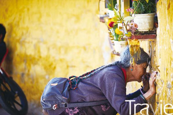 포탈라궁에서 만난 기도하는 티베트 할머니. 이 모습이야말로 티베트의 마음을 설명하는 완벽한 장면이었다.