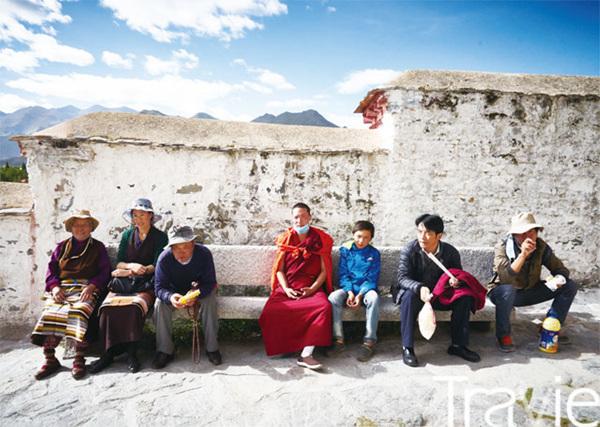 티베트인들은 조캉과 함께 포탈라궁을 순례하기 위해 라싸로 향한다. 그들의 미소는 더없이 순수했다.