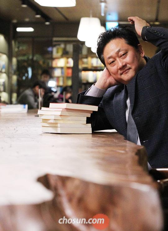 남성호 교보문고 광화문 점장이 새로 들여놓은 기다란 카우리 소나무 책상 앞에 앉아 있다.