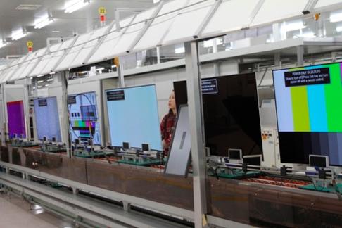 경북 구미시의 LG전자 OLED TV 생산라인에서 LG전자 직원이 출하되고 있는 55인치 LG OLED TV의 품질을 검사하고 있다. /LG전자 제공