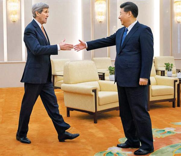 """시진핑 만난 케리 27일 중국 베이징을 방문한 존 케리(왼쪽) 미국 국무장관이 시진핑 중국 주석과 악수를 하고 있다. 이날 케리 장관은 """"북핵은 세계 안보의 중대한 도전""""이라며 중국 측의 강력한 대북 제재를 요청했으나 중국은 대화의 중요성을 강조하며 강경 제재를 사실상 거부했다."""
