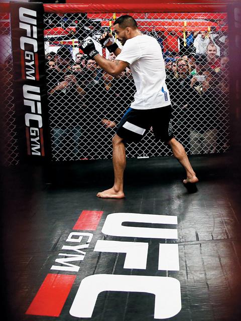 """UFC는 유망주를 발굴한 후 공인 체육관을 통해 스타 플레이어로 키우는 시스템을 갖추고 있다. 퍼티타 회장은 """"UFC의 브랜드에 걸맞은 실력의 선수만이 경기장에 설 수 있다""""고 강조했다."""