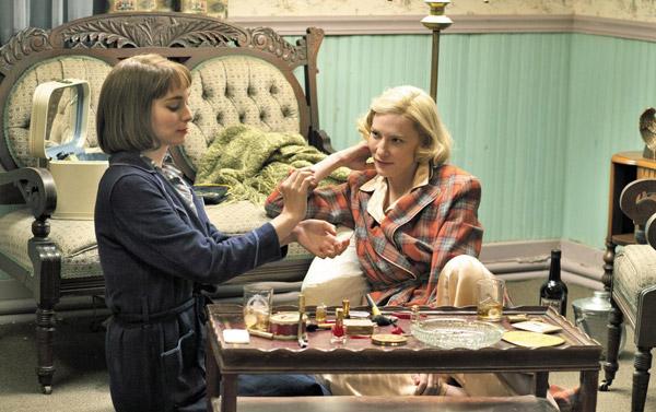 영화'캐롤'의 한 장면. 캐롤(오른쪽·케이트 블란쳇)이 테레즈(루니 마라)에게 향수 사용법을 알려주고 있다.
