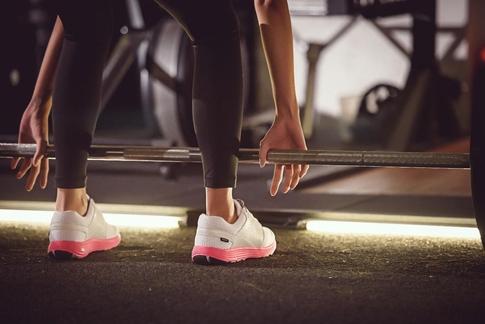 솔티드벤처의 스마트신발 '아이오핏'을 신고 운동하는 모습./ 솔티트벤처 제공
