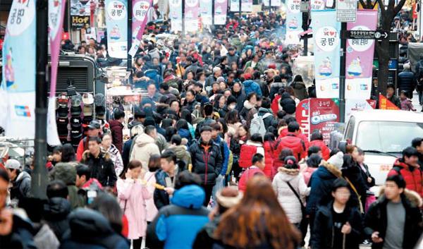 설 연휴 기간이었던 지난 9일 오후 서울 명동은 '춘제(春節)' 연휴를 맞아 한국을 찾은 중국인 관광객들로 붐볐다. 이들에게 바가지를 씌우는 등의 불법행위도 많았다. 경찰청은 지난 1일부터 14일까지 414건을 적발하고, 104명을 형사 입건했다고 밝혔다.