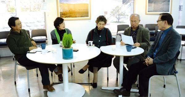 '시인수첩' 좌담회에 참석한 시인들. 왼쪽부터 이건청·신달자·김남조·오세영·감태준 시인.