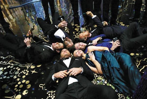 작품상을 받은 영화 '스포트라이트'의 출연진이 트로피를 든 채 시상식 무대 바닥에 누워 있다. 영화 속 편집국장 역을 맡은 리브 슈라이버의 아내 나오미 와츠가 SNS에 올린 사진이다.