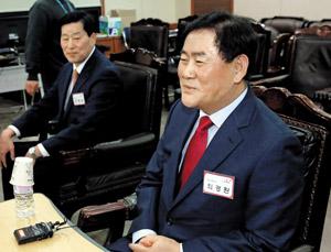 친박(親朴) 핵심인 새누리당 최경환(오른쪽) 의원이 6일 서울 여의도 당사에서 자신의 지역구인 경북 경산에 공천을 신청한 안병용 예비 후보와 함께 공천 면접을 보고 있다.