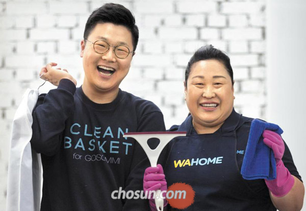 '빨래 달인'김상우(왼쪽) 크린바스켓 총괄이사와'청소 달인'이강숙 와홈 교육본부장.
