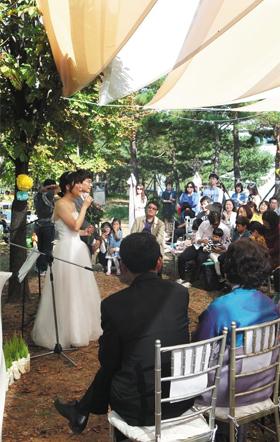 지난해 월드컵공원에서 열렸던 소풍 결혼식 장면 사진