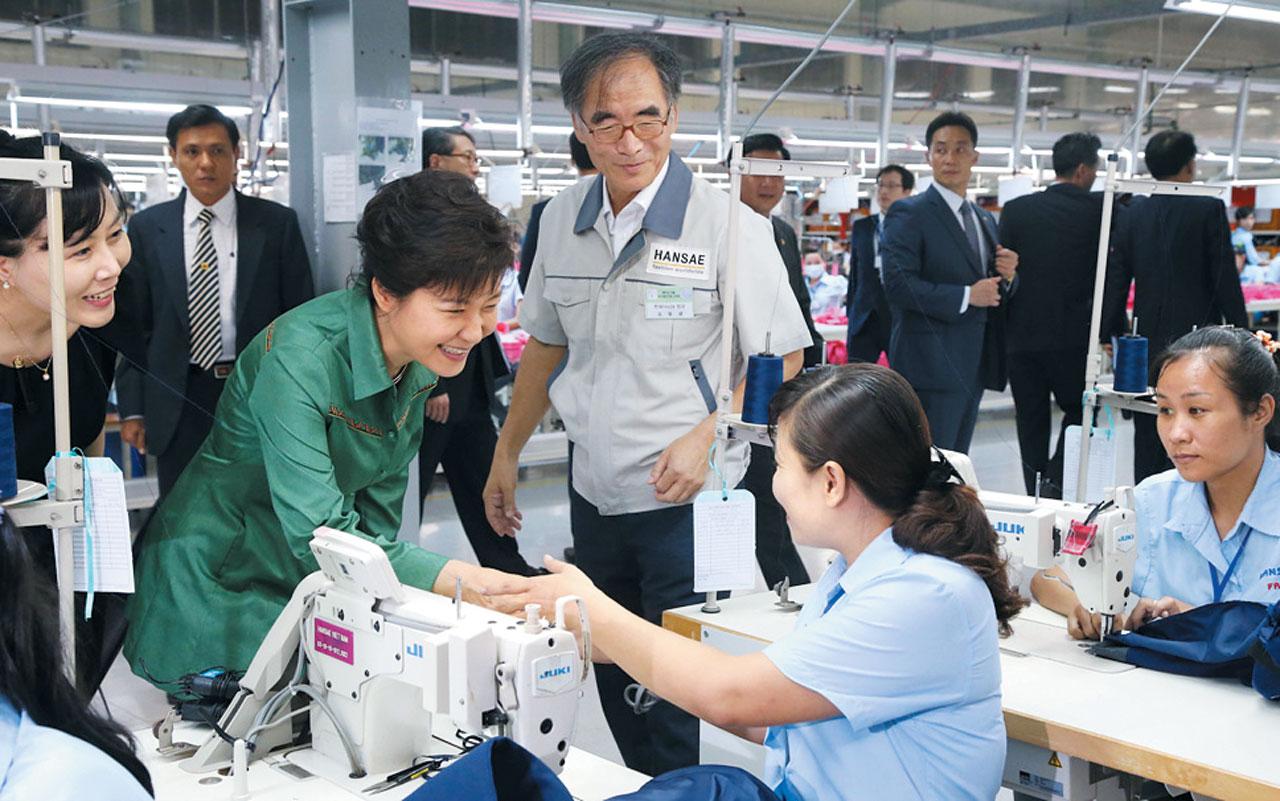 지난 2013년 9월 박근혜 대통령이 한세실업 베트남 공장을 방문했다.