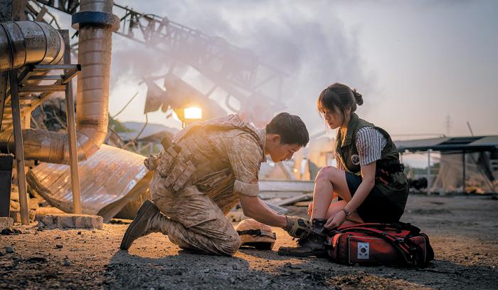 지난 10일 방영된 KBS 2TV 수목드라마 '태양의 후예'의 한 장면. 지진으로 아비규환이 된 현장에서 유시진(송중기) 대위가 의료봉사단 강모연(송혜교)의 신발끈을 묶어주고 있다. 이날 시청률 28.5%를 기록했다.