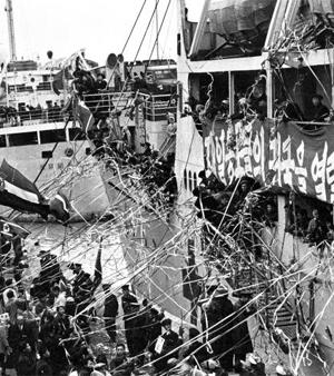 1959년 일본 니가타항에서 재일동포 975명을 태운 북송선(北送船)이 출발하고 있다. 1959~1984년 재일동포 9만3000여명이 북송선을 타고 갔다 돌아오지 못하는 신세가 됐다.
