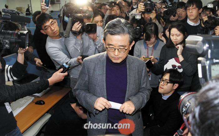새누리당 이한구 공천관리위원장이 13일 오후 서울 여의도 당사에서 공천 대상자와 경선 지역 발표를 한 뒤 기자회견장을 빠져나가고 있다.