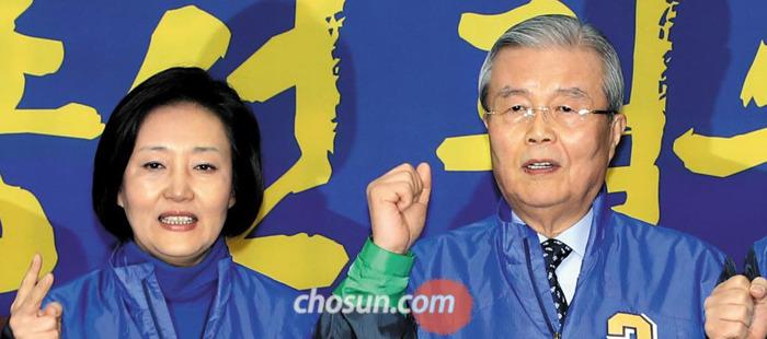 김종인(오른쪽) 더불어민주당 대표와 박영선 비대위원이 14일 국회에서 열린 비대위 회의에 앞서 구호를 외치고 있다.